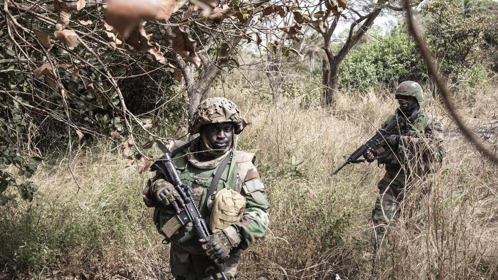 Des soldats sénégalais sécurisent les alentours d\'un camp de rebelles démantelé en Casamance, dans la forêt de Blaze, le 9 février 2021.
