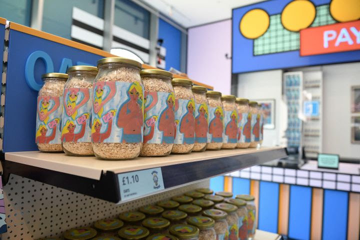 La boutique du musée ne propose que des produits essentiels pour contrer le report des expositions. (JUSTIN TALLIS / AFP)